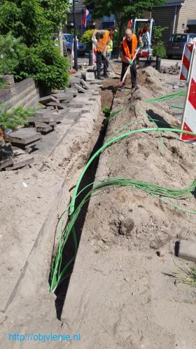 Работа при укладке кабелей в земле.